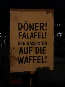 """Anti-LEGIDA-Plakat in Leipzig mit der Aufschrift """"Döner! Falafel! Rassisten auf die Waffel!""""."""