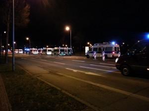 Das Bild zeigt die LED-Tafel an einer Tram-Haltestelle. Auf dieser wird über die Einstellung des Tramverkehrs aufgrund des Demonstrationsgeschehens informiert.